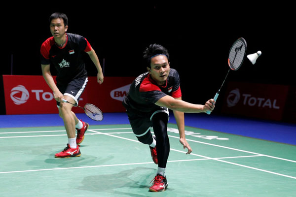 Pasqangan ganda putra Indonesia Hendra Setiawan (kiri) dan Mohammad Ahsan. - Reuters/Vincent Kessler