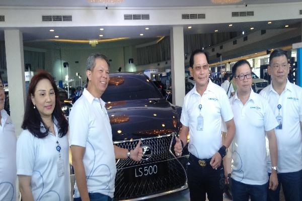 Presiden Direktur BCA, Jahja Setiaatmadja (kiri) saat mengunjungi BCA Expo di Semarang - Alif Rizqi