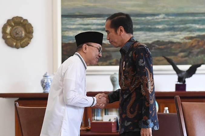Presiden Joko Widodo (kanan) menerima kedatangan Ketua MPR yang juga Ketua Umum Partai Amanat Nasional (PAN) Zulkifli Hasan di Istana Bogor, Jawa Barat, Rabu (22/5/2019). ANTARA FOTO - Akbar Nugroho Gumay