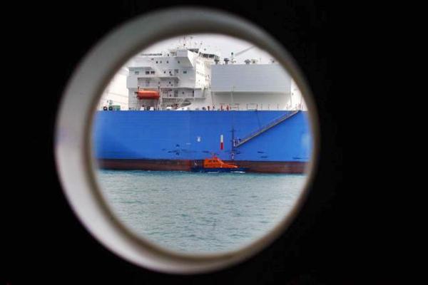 Kapal petugas melakukan pemanduan dan penundaan kapal di perairan pandu luar biasa Selat Malaka dan Selat Singapura di Batam, Kepulauan Riau, Senin (10/4). - JIBI/Dwi Prasetya
