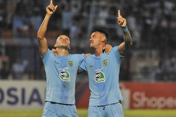 Dua pemain andalan Persela Lamongan asal Brasil, Rafael Gomes de Oliveira alias Rafinha (kiri) dan Alex dos Santos Goncalves, setelah menjebol gawang PS Tira Persikabo. - Liga-Indonesia.id