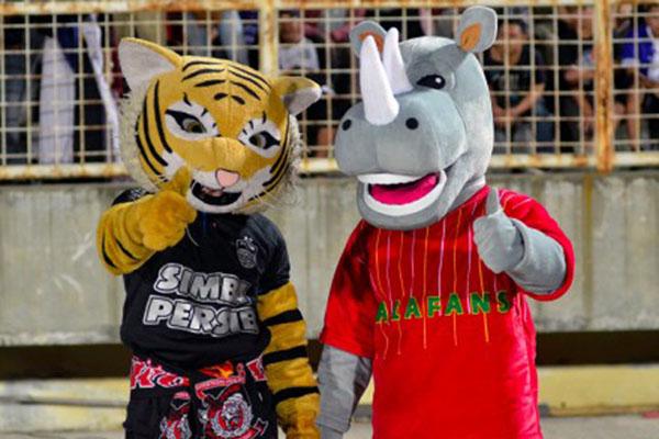 Maskot Badak Lampung FC (kanan) dan maskot Persib Bandung berfoto bersama saat kedua tim bertarung di pekan ke-16 Liga 1. Skor akhir imbang 1 - 1. - Antara/Ardiansyah