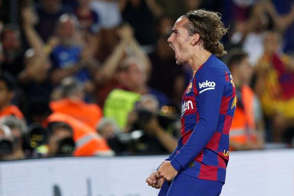 Striker FC Barcelona Antoine Griezmann selepas menjebol gawang Real Betis. - Reuters/Albert Gea