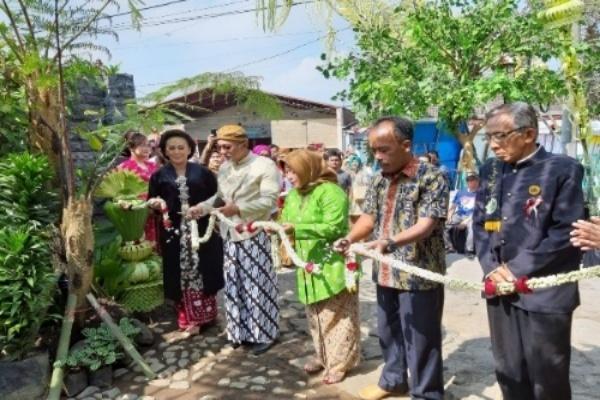Pemilik Ndalem Ratu Hermin (paling kiri) pada pembukaan resto tersebut di Singosari, Kab. Malang, Minggu (25/8/2019) - Istimewa