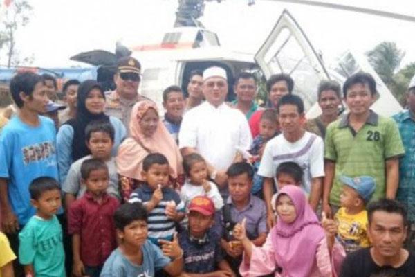 Gubernur Kepulauan Bangka Belitung Ezaldi Rosman Djohan (berbaju putih) berfoto bersama dengan warga saat menghadiri sedekah kampung di Desa Kundi. - Antara/Aprionis