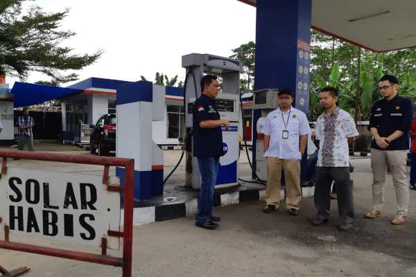 Kepala BPH Migas Fanshurullah Asa (kiri) berdialog dengan Retail Operational AKR Lampung Hariyono mengenai penghentian penjualan solar subsidi di SPBKB AKR Katibung, Lampung Selatan. - Bisnis / David Eka I.