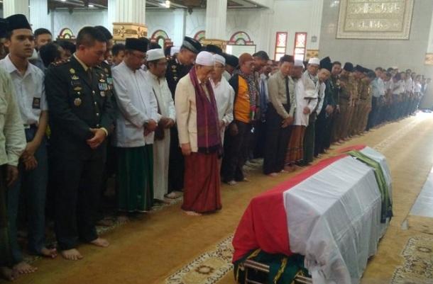 Prosesi salat jenazah Ipda Erwin di pimpin Ketua MUI Cianjur, Kh Abdul Halim di Masjid Agung Cianjur - Antara