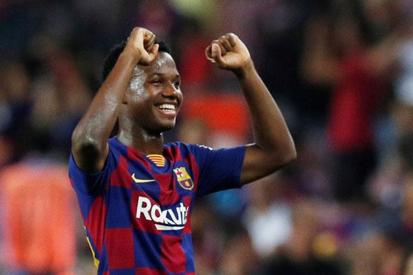 Striker FC Barcelona Anssumane Fati setelah menjalani laga debutnya di tim senior dengan kemenangan 5 - 2 atas Real Betis. - Reuters/Albert Gea