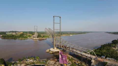 Progres pembangunan Jembatan Kutai Kartanegara (Kukar) dilihat dari kejauhan, Selasa (7/4/2015) - Bisnis/Muhamad Yamin