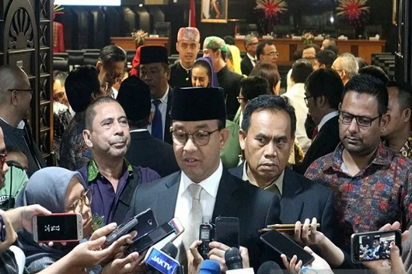 Gubernur DKI Jakarta Anies Baswedan menjawab peryanyaan wartawan selepas memberikan jawaban atas tanggapan DPRD terkait Raperda Perubahan Anggaran Pendapatan dan Belanja Daerah (APBD) 2019 di Ruang Paripurna DPRD DKI Jakarta - Antara