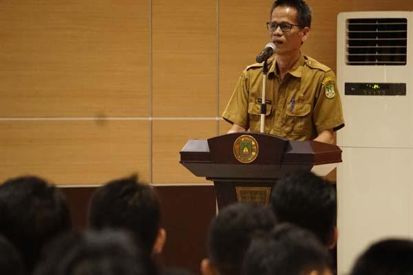 Kepala Disnaker Kota Batam Rudi Sakyakirti dalam acara pembukaan kegiatan pra seleksi magang ke Jepang yang diadakan Pemkot Batam di lantai 4 Kantor Pemkot Batam. - Bisnis/Bobi Bani.