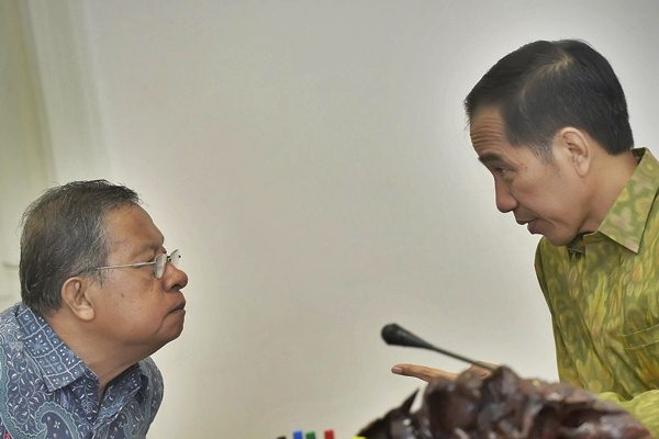 Presiden Joko Widodo (kanan) berdiskusi dengan Menko Perekonomian Darmin Nasution saat memimpin Rapat Terbatas membahas Dana Alokasi Khusus (DAK), di Kantor Presiden, Jakarta, Rabu (11/5). - Antara/Yudhi Mahatma