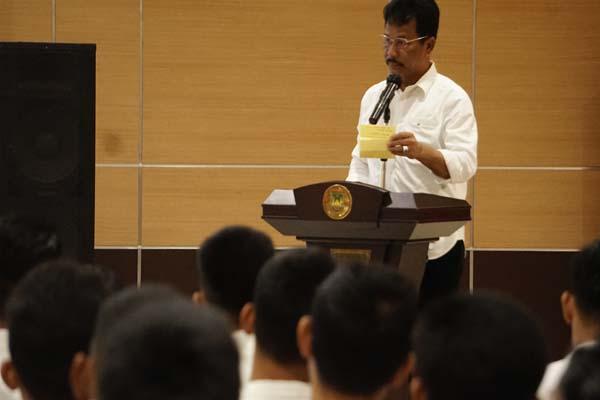 Wali Kota Batam, Muhammad Rudi dalam acara pembukaan Pra Seleksi magang ke Jepang. Dalam acara ini Rudi menekankan pentingnya penguasaan bahasa Inggris untuk menunjang kinerja di lapangan. - Bisnis/Bobi Bani.