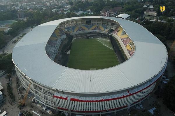 Stadion Manahan Solo. Progres renovasi stadion telah mencapai 96 persen. Setelah direnovasi, seluruh tribun ditutupi atap. - Bisnis