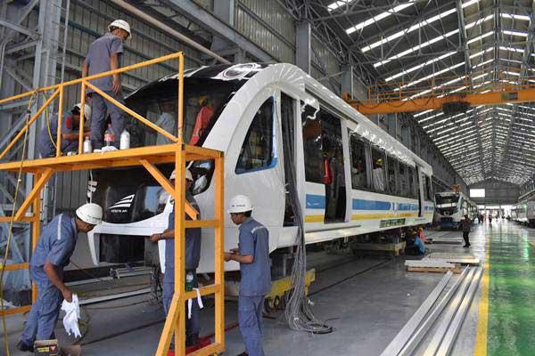 Pekerja mengerjakan produksi kereta Light Rail Transit (LRT) di pabrik kereta PT Inka Madiun, Jawa Timur. - ANTARA/Siswowidodo