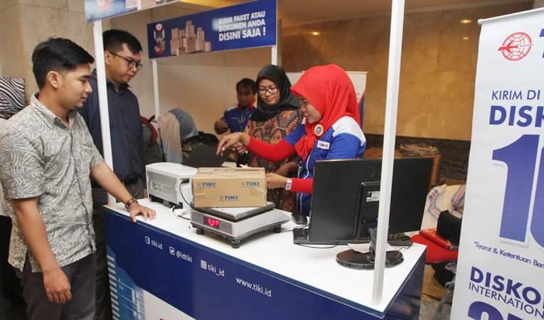 Presiden Direktur PT Citra Van Titipan Kilat (TIKI) Titi Oktarina (kedua kanan) melayani pengiriman barang, di area pameran kerajinan tangan internasional (Inacraft) 2019 , di Jakarta Convention Center, Rabu (24/4/2019). - Bisnis/Endang Muchtar