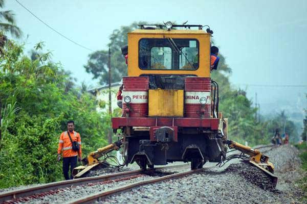 Kereta Perawatan Jalan Rel (KPJR) memadatkan batuan kerikil pada proyek reaktivasi jalur kereta Padalarang-Cianjur di Ciranjang, Kabupaten Cianjur, Jawa Barat, Kamis (17/1/2019). - ANTARA FOTO/Raisan Al Farisi