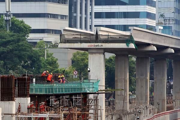 Pekerja menyelesaikan pembangunan Light Rail Transit (LRT) di Jakarta, Rabu (17/10/2018). - JIBI/Nurul Hidayat