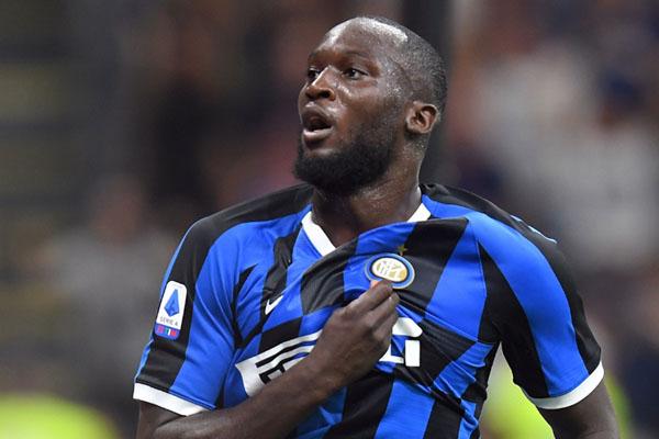 Striker Romelu Lukaku setelah menjebol gawang Lecce dalam laga debutnya bersama Inter Milan. - Reuters/Daniele Mascolo