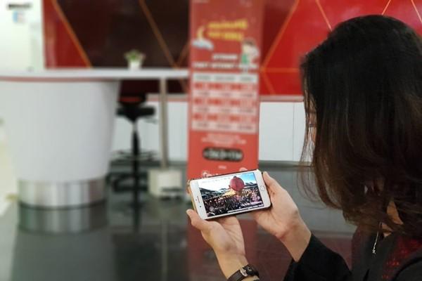 Pengguna Telkomsel menyaksikan perayaan Cap Go Meh di Singkawang menggunakan aplikasi Maxstream - Telkomsel