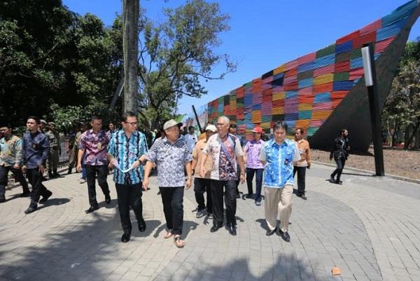 Yana saat meninjau Amfiteater Taman Tegalega - Bisnis/Dea Andriyawan