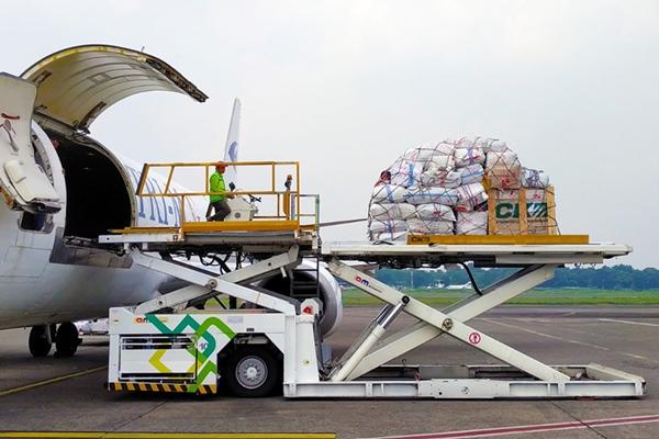 Aktivitas pengiriman kargo melalui layanan cargo freighter yang dimiliki PT Cipta Krida Bahari (CKB Logistics), anak usaha PT ABM Investama Tbk (ABM). Sebagai bentuk dukungan kelancaran pertumbuhan industri di Timur Indonesia, CKB menambah jadwal layanan pengiriman kargo udara dari Jakarta menuju Timika dan sebaliknya menjadi dua kali dalam sepekan yaitu Kamis dan Sabtu.