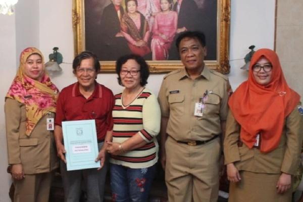 Kepala UPPRD Kecamatan Grogol Petamburan Dedyanto beserta jajarannya menyerahkan SK pembebasan PBB-P2 kepada salah satu pensiunan PNS - doc humas