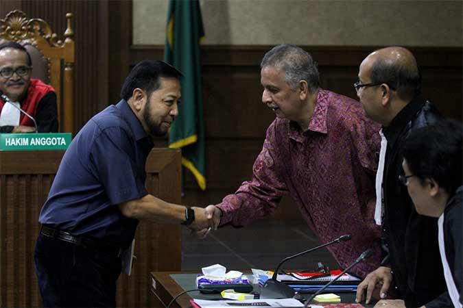 Mantan Ketua DPR RI, Setya Novanto (kedua kiri) berpenampilan brewok saat bersalaman dengan mantan Direktur Utama PT PLN seusai bersaksi di Pengadilan Negeri Tipikor, Jakarta