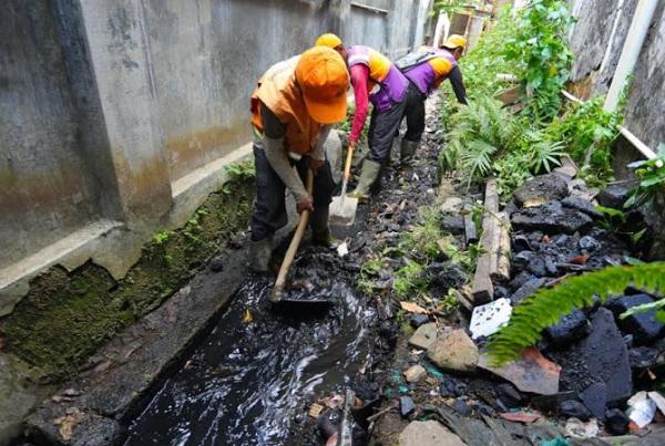 Pembersihan drainase di Kota Bandung - Bisnis/Dea Andriyawan