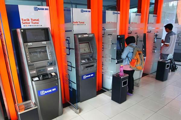 Nasabah bertransaksi melalui mesin ATM di galeri e-banking Bank BRI, di Jakarta, Selasa (12/9). - JIBI/Dwi Prasetya