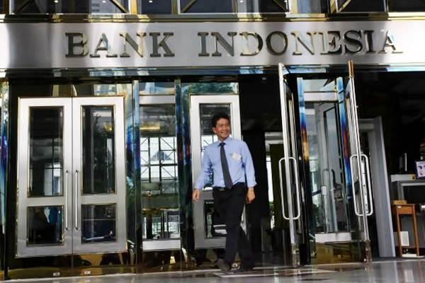 Karyawan keluar dari gedung Bank Indonesia di Jakarta. - JIBI/Dedi Gunawan