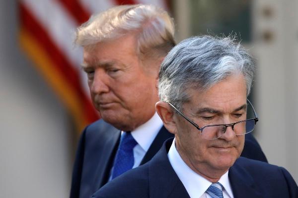Presiden AS Donald Trump berdiri di belakang Jerome Powell, yang dinominasikannya sebagai Gubernur The Fed, di Gedung Putih, Washington, AS, Kamis (2/11/2017). - Reuters/Carlos Barria