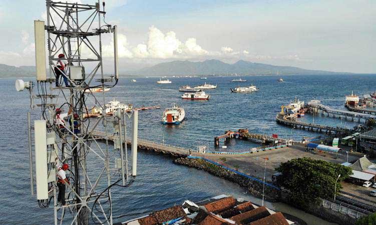 Teknisi XL Axiata melakukan pemeliharaan perangkat BTS di atas tower yang berlokasi di kawasan Pelabuhan Penyeberangan Ketapang, Banyuwangi, Jawa Timur, Kamis (14/3/2019). - Bisnis/Abdullah Azzam