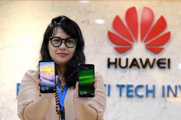 Karyawati memperlihatkan ponsel pintar Huawei Nova 2 Lite di Jakarta, Senin (16/4 - 2018).JIBI/Dwi Prasetya
