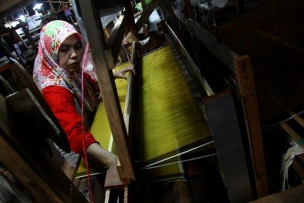 Pembuatan kain tenun. - ANTARA