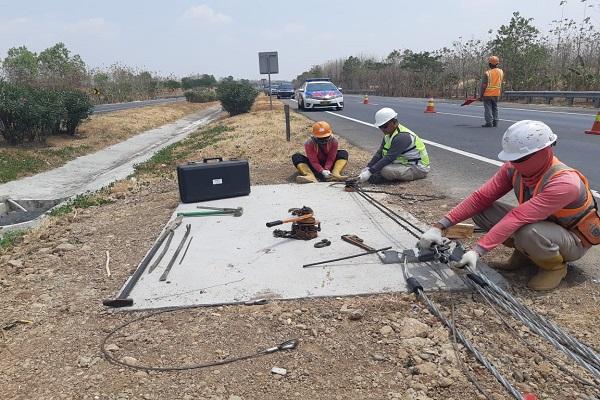 Para pekerja tengah memasang tali baja di KM 145 jalan tol Cipali. PT Lintas Marga Sedaya menargetkan pemasangan tali baja sepanjang 18 kilomter bisa selesai pada September 2019. - Rivki Maulana