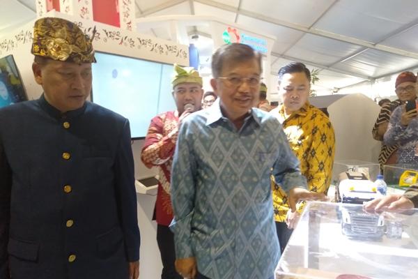 Wakil Presiden Jusuf Kalla di dampingi Menteri Ristekdikti Mohammad Nazir saat meninjau pameran teknologi di kegiatan Hari Teknologi Nasional (Harteknas) di Denpasar, Bali, (28/8/2019) - Bisnis/Sultan Anshori.