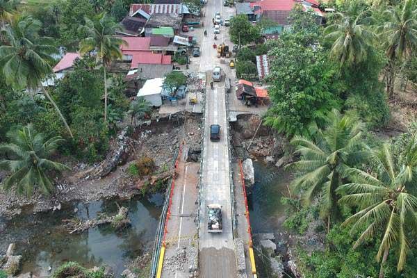 Ilustrasi: Kendaraan melintas bergantian di atas jembatan panel sementara di Batang Kalu, Jalur lintas Padang - Pekanbaru, Kayutanam, Padangpariaman, Sumatra Barat, Minggu (16/12/2018). - ANTARA/Iggoy el Fitra