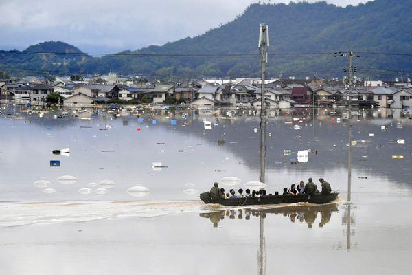 Ilustrasi: Warga diselamatkan dari area yang terendam banjir oleh tentara Jepang di Kurashiki, Jepang, Sabtu (7/7). - Kyodo via Reuters