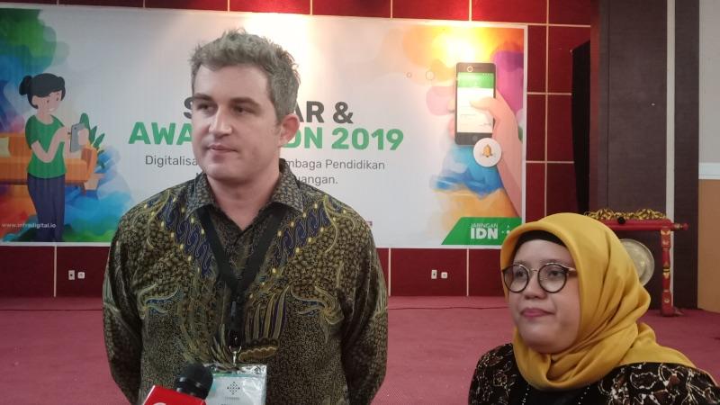 Founder dan CEO InfraDigital Nusantara Ian Mckenna dan COO InfraDigital Nusantara Indah Maryani di sela-sela IDN Awards 2019, di Depok, Jawa Barat, Jumat (22/3/2019). - Bisnis/Deandra Syarizka