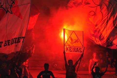 Aksi suporter Arema dalam salah satu pertandingan - Antara/Wahyu Putro