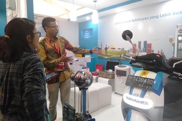 Stand milik PLN di pameran Harteknas 2019 yang berlangsung di Lapangan Puputan Renon Denpasar, Bali, Rabu (28/8/2019) - Bisnis/Sultan Anshori