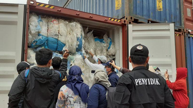 Petugas memeriksa kontainer berisi plastik yang diduga bercampur dengan sampah di Pelabuhan Batuampar, Batam. - Antara/Yunianti Jannatun Naim