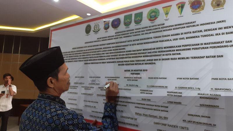 Tokoh agama menandatangani deklarasi untuk menjaga keamanan Kota Batam, Kepulauan Riau, Rabu (28/8/2019). - Antara/Yunianti Jannatun Naim