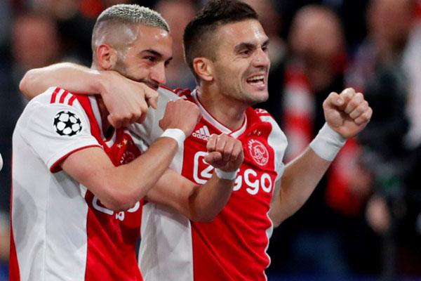 Dua pemain andalan Ajax Amsterdam, Hakim Ziyech (kiri) dan Dusan Tadic. - Reuters/Matthew Childs