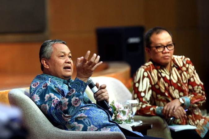 Gubernur Bank Indonesia Perry Warjiyo (kiri) didampingi Ketua Ikatan Sarjana Ekonomi Indonesia (ISEI) cabang Bandung Koordiator Jawa Barat Aldrin Herwany saat sarasehan