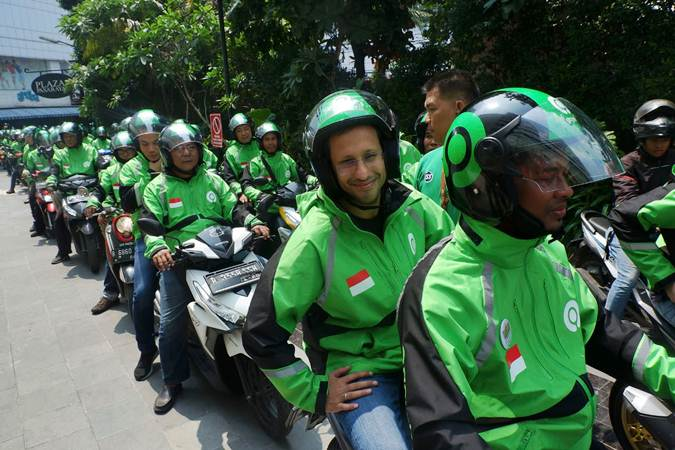 Founder dan CEO Go-Jek Grup Nadiem Makarim (kedua kanan) bersiap melakukan konvoi usai peresmian logo baru Go-Jek di Jakarta, Senin (22/7/2019). - Bisnis/Nurul Hidayat
