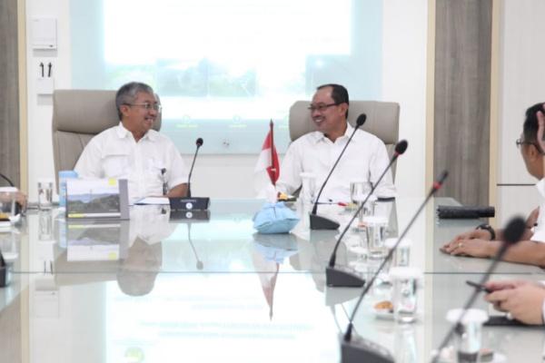 Walikota Palembang Harnojoyo (kanan) berbincang dengan Direktur Jenderal EBTKE, FX Sutijastoto - Istimewa