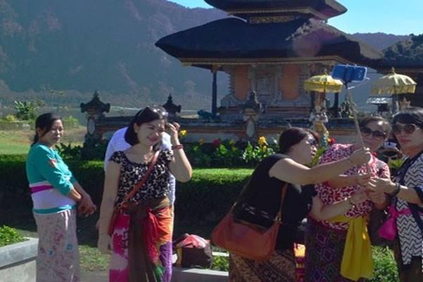 Turis berkunjung ke Bali - Antara
