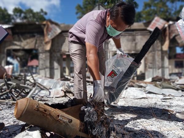 Petugas INAFIS Mabes Polri bersama Polda Papua Barat melakukan olah tempat kejadian perkara pembakaran kantor DPRD Provinsi Papua Barat di Manokwari, Papua Barat, Selasa (27/8/2019). - ANTARA / Toyiban